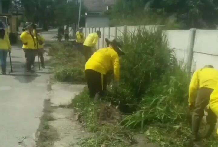 Pasukan Kuning Dinas PUPR Bersihkan Drainase di Jalan Pertanian,Kecamatan Binawidya
