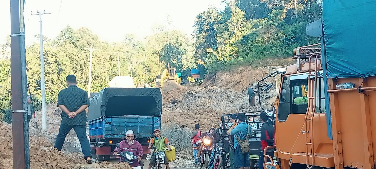 Jalan Lintas Pahae Longsor,Bupati Taput dan DPRD Kemana Aja ?