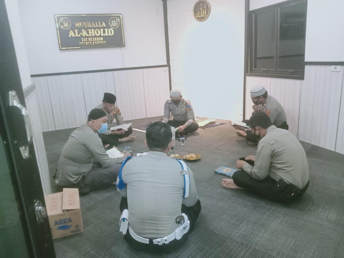 Selama Ramadhan, Personel Polres Kampar Adakan Tadarus di Mushalla Al-Kholid Polres Kampar