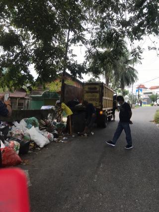 DLHK Pekanbaru Bersinergi Dengan Camat Bukit Raya Bersihkan Sampah