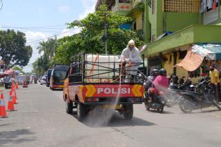 Cegah Masivnya Penyebaran Covid,Polda Riau Bersama Forkopimda Lakukan Disinfektan Skala Besar Di Jal