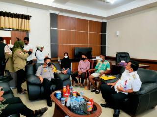 Waka Polres dan Wakil Bupati Kuansing Menerima Pengakuan 3 Anak Penurun Bendera di Kantor Pemkab Kua