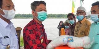 Bupati Rohil dan Wakil Serahkan Bantuan Nelayan Tempatan ke Kampung Halaman Gubri