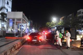 Cegah Penyebaran Covid-19 Jelang Lebaran, Personil Satuan Brimob Polda Riau Semprotkan Desinfektan S