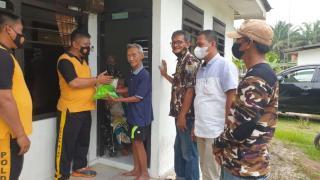 Kapolsek Tapung dan FKPPI Desa Gading Sari Serahkan Bantuan Untuk Purnawirawan dan Warakawuri