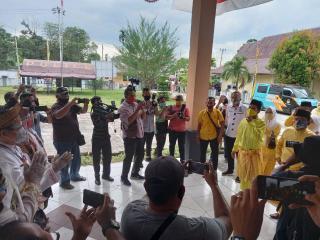 Disambut Ketua KPU Paslon H.Indra Gunawan-Samda Dalimunte (ESA)