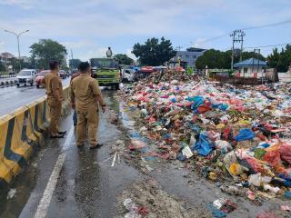 Kerahkan Alat Berat Dan 4 Unit Fuso,DLHK Kota Pekanbaru Angkut Tumpukan Sampah Di Pasar Pagi Arengka