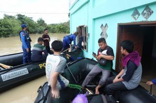 Bantu Warga Terdampak Banjir di Kota Pekanbaru, Ditpolair Polda Riau Turunkan Tim Evakuasi