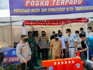 Gubernur Riau Didampingi Kapolda Tinjau Pos Peniadaan Mudik di Perbatasan Riau Wilayah Kampar