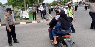 Puluhan Anggota Polres Kampar Lakukan Penertiban Pelanggar Protkes di Kota Bangkinang