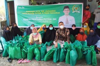 Berkah Ramadhan, Edwin Papu Berbagi Paket Sembako di Pekanbaru