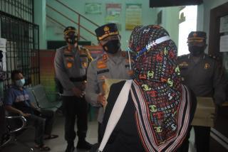 Kapolda Riau Memberikan Penghargaan Bagi Para Lansia yang Mau Bekerjasama Dalam Memutus Mata Rantai