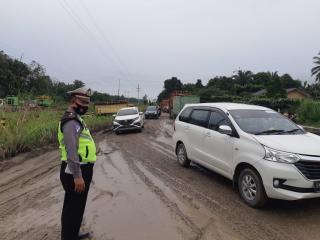 Panit Lantas dan Anggota Polsek Tapung Lakukan Pengaturan di Jalan Rusak KM 55 Petapahan