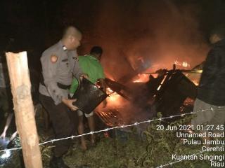 POLRI bersama Warga berjibaku memadamkan kobaran api,korban MD 2 org,2 org berhasil diselamatkan